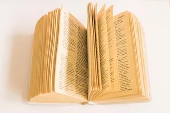 Książka ze starymi stronami na białym