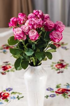 Kwiaty na stole w wazonie