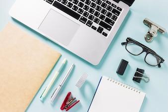 Laptop i materiały piśmiennicze