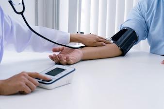 Lekarz sprawdza star? Kobiet? Pacjenta tętniczego ciśnienia krwi. Opieka zdrowotna