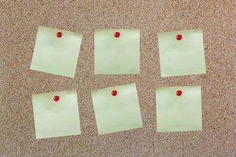 Lepki papier na corkboard z czerwonym pin