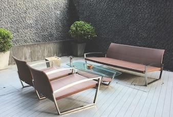 Luksusowa ławka w obszarze strefy palenia