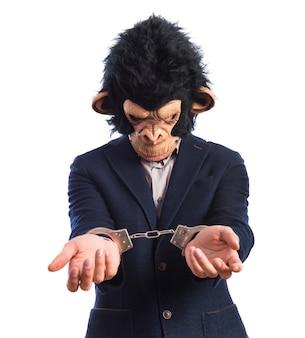 Mężczyzna małpa z kajdankami