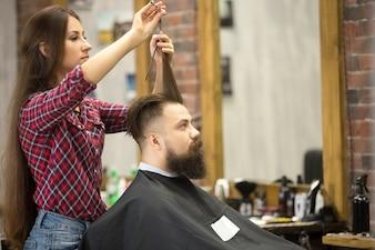 Mężczyzna odwiedzający salon fryzjerski