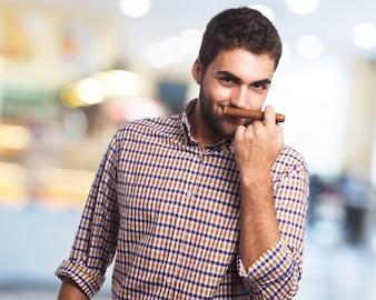 Mężczyzna pachnący cygaro