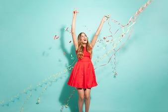 Młoda dziewczyna tańczy z konfetti