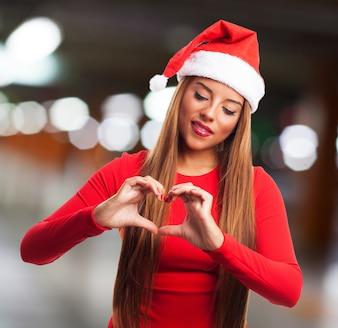 Młoda kobieta świętuje Boże Narodzenie z sercem