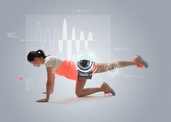 Młoda kobieta robi ćwiczenia fizyczne