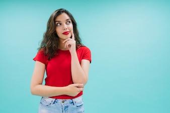 Młoda kobieta stwarzających i obrazowania