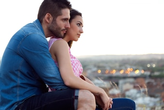 Młoda para turystów patrząc na widoki w mieście.