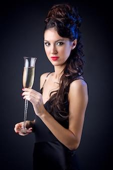 Młoda piękna kobieta z szampanem