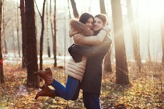Młoda szczęśliwa para korzystających ze sobą