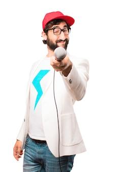 Młody biznesmen szalony z mikrofonem