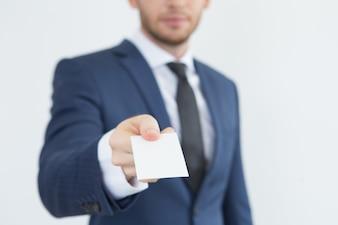Młody doradca finansowy podając wizytówkę