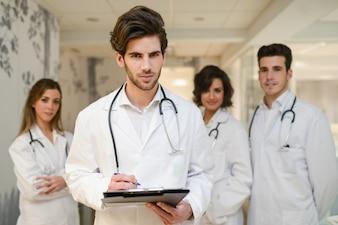 Młody lekarz z stetoskop i schowka