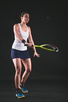 Młody zawodnik gotowy uderzyć piłki do squasha