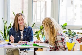 Młodzi studenci siedzący przy stole