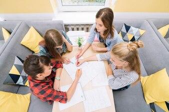 Młodzi studenci zbierają się przy stole