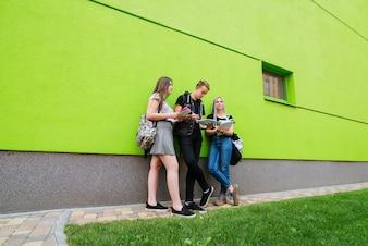Młodzież pozuje blisko uniwersytetu