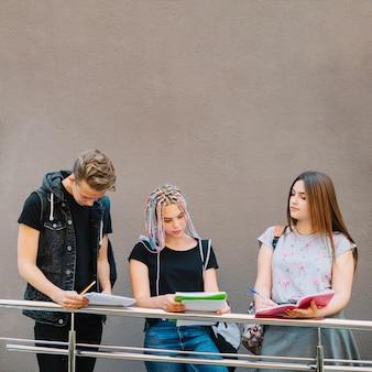 Młodzież stwarzających z notatkami
