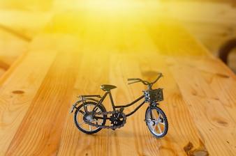 Małe zabawki, model rowerowy na drewnianym tle