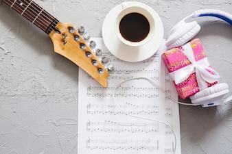Materiały muzyczne z kawą i prezentem