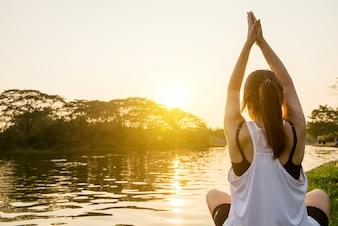 Medytuje pokojowy słońce medytować wellness