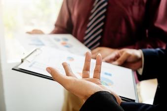 Menedżer azjatyckich kobieta wprowadzanie jej pomysły i pisanie biznes planu w miejscu pracy, dokonywania notatek w dokumentach na stole w biurze, zabytkowe kolory, selektywne fokus. Pomysł na biznes.