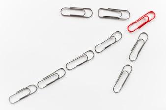 Metalowe spinacze, kształt strzałki, czerwony na górze