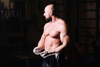 Mięśniowa mężczyzna zaciska pięści