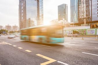 Miejskie nowoczesne budynki i pojazdy drogowe