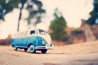 Miniaturowa podróżnicza van vintage. Zdjęcie z tonacją barw