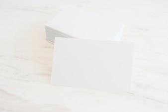 Mockup pustych wizytówek stosu na marmurowym tle tabeli. Szablon identyfikacyjny. Do prezentacji i portfeli projektowych.