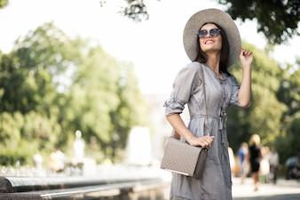 Moda szczęśliwy tło miasta dziewczyna żeński