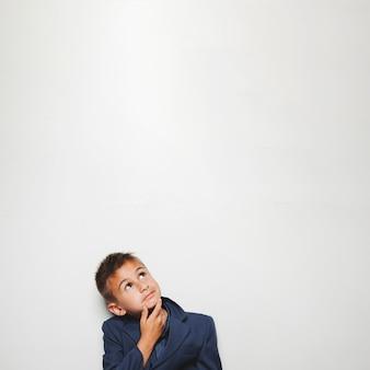 Myślenie i marzycielka chłopca w kurtce