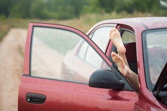 Nagi stopa z samochodu