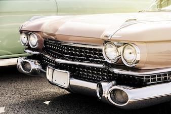 Naprzeciwko starego samochodu