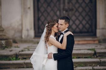 Nowożeńcy objąwszy się na schodach