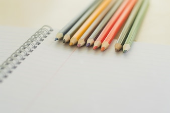 Ołówki na czystej kartce papieru
