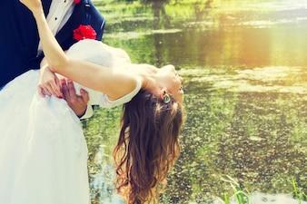 Oblubienica tańczy ze swoim panem młodym.