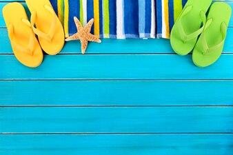Obramowanie plaży z klapkami i rozgwiazda