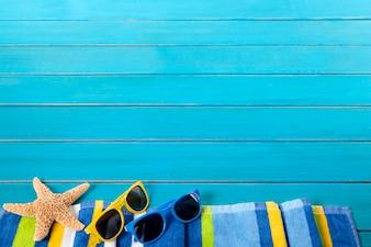 Obramowanie plaży z okularami przeciwsłonecznymi i rozgwiazda