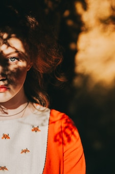 Opowieść. fantastyczna dziewczyna rudowłosy w tajemniczy las