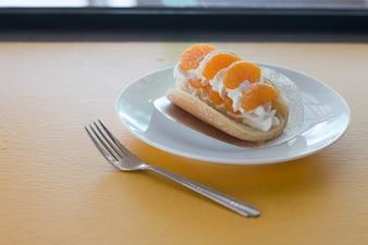 Orange spoczywały na naleśnikach w kawiarni