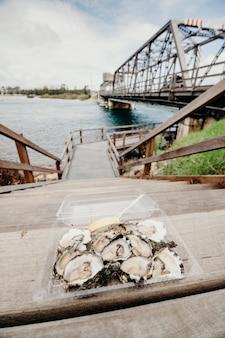 Ostrygi spróbować po drewnianych schodach. Koncepcja przerwania podróży.