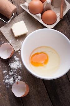 Otwórz jajko w misce