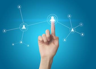 Palec naciśnięcie przycisku społecznej sieci na ekranie dotykowym