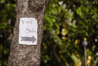 Papier na drzewie pokazano kierunek