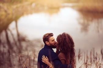 Para całuje w tle jeziora