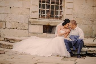 Para siedzi na schody